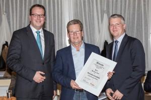 Hermann Muth erhielt aus den Händen von Christian Wendel (l) und Florian Brechtel (r) die Urkunde als Ehrenvorsitzender